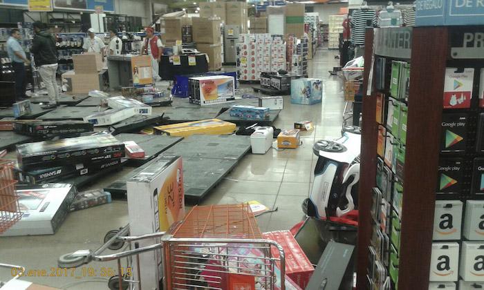 """Personas que se manifestaban en contra del """"gasolinazo"""" saquearon el Chedrahui de El Puerto, en este municipio, sin que los trabajadores del centro comercial pudieran evitarlo. Foto: Cuartoscuro"""