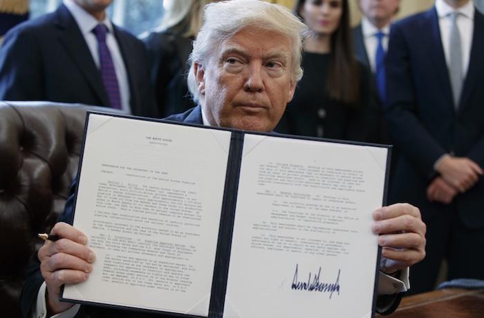 El Presidente Donald Trump muestra la firma de la orden ejecutiva que emitió sobre el oleoducto. Foto: AP.
