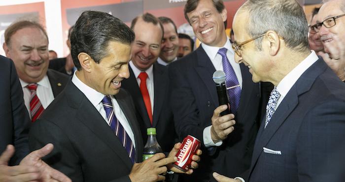 El Presidente Enrique Peña Nieto recibe durante un evento lata con su nombre de parte del CEO de Coca-Cola.