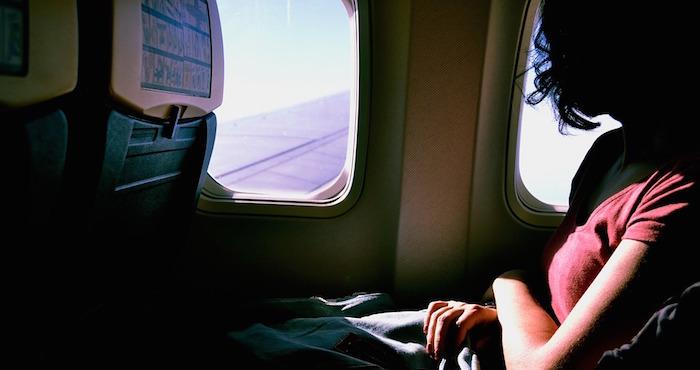 Hombre inventa atentado en avión para evitar viajar con novia