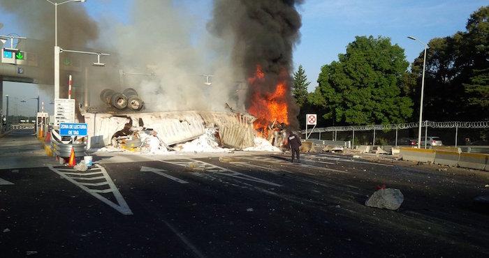 Tráiler vuelca y se incendia en la México-Toluca; un muerto — VIDEOS
