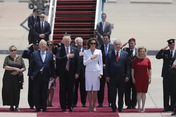 El momento en que Melania rechaza tomar la mano de Donald Trump