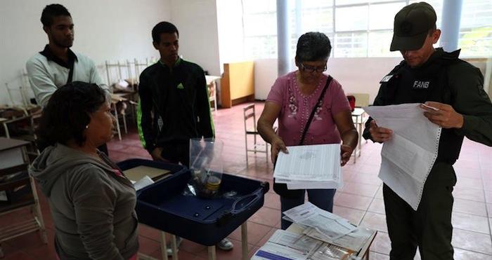 Instalación de maquinas electorales en un centro de votación en Caracas. EFE EFE  AVN