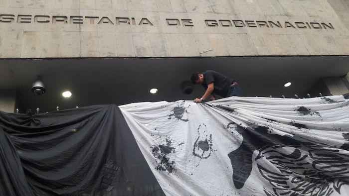 La bandera de México negra y baleada ondea en la Segob