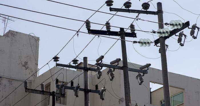 Restablecen 70% del servicio eléctrico en Península de Yucatán