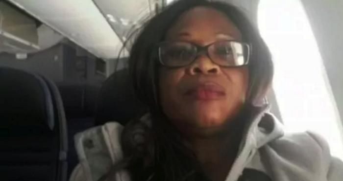 United Airlines obliga a pasajera a orinar en vasos de plástico