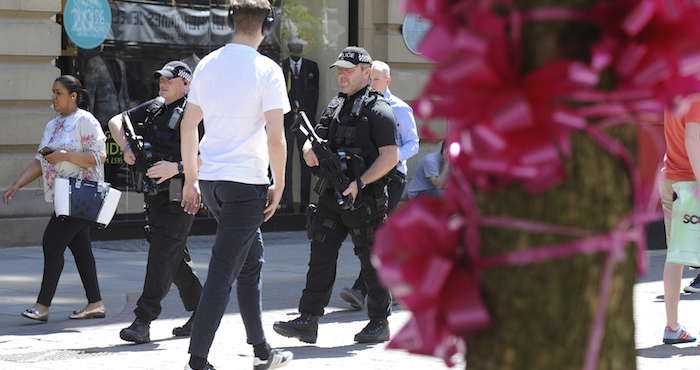 Ariana Grande visita a víctimas de atentado en el hospital