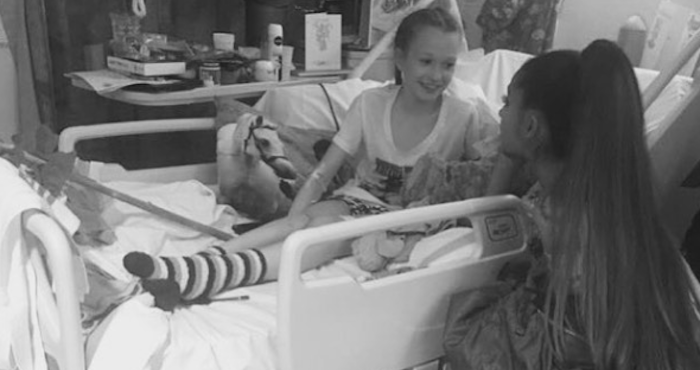Ariana Grande hace sorpresiva visita a Hospital de Manchester
