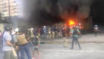 Manifestantes incendian oficina del Poder Judicial y un banco privado en  Caracas (VIDEO) 6384c08e8de