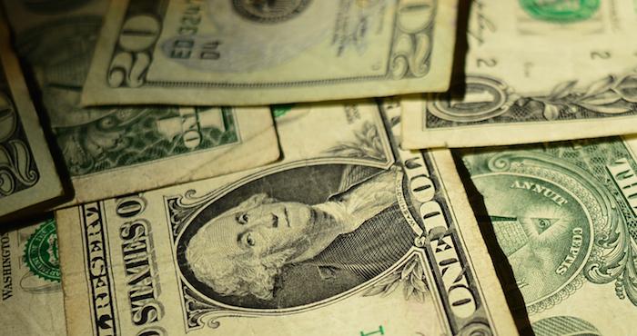 Se vende dólar en 17.67 pesos en el AICM