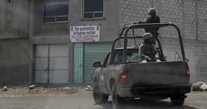 Vuelva vehículo militar en Queholac; hay dos muertos