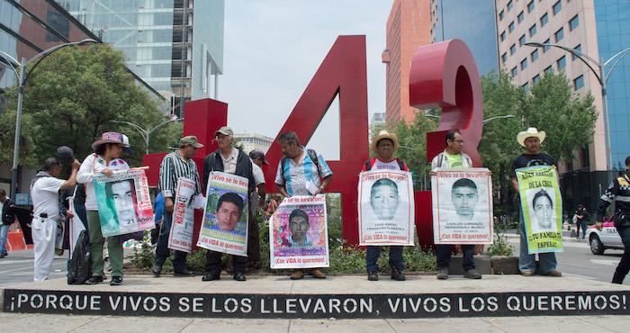 Se manifiestan padres de los 43 afuera de reunión de la OEA