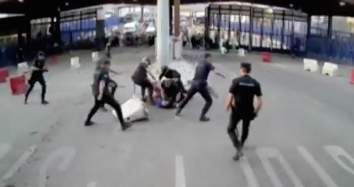 Momento exacto del ataque con cuchillo a unos policías españoles en Melilla
