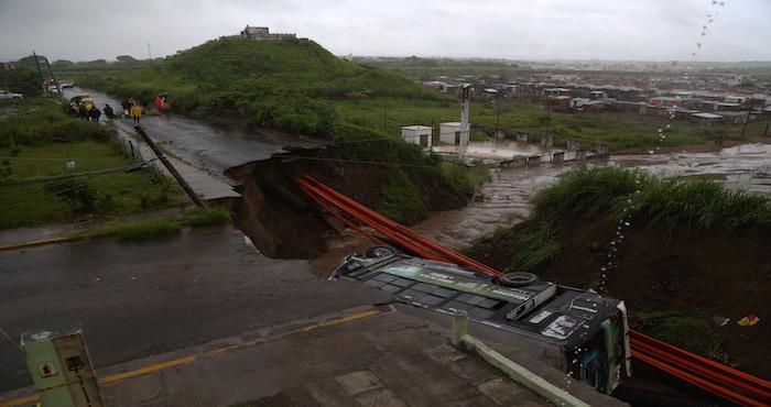 Por lluvias, socavón se traga camión con pasajeros