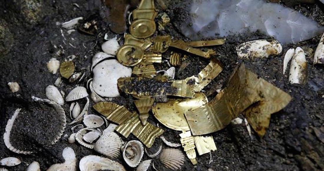 Descubren ofrendas con piezas de oro en templo Mayor