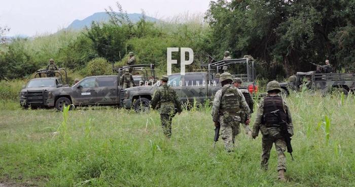 Comando armado con granadas asesinan a dos policías y un civil