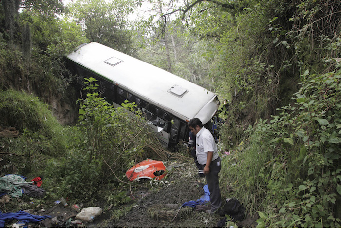 Cae camión a barranco en Toluca