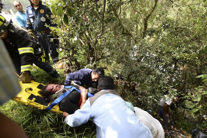 Vuelca camión en barranca de Toluca; hubo siete heridos
