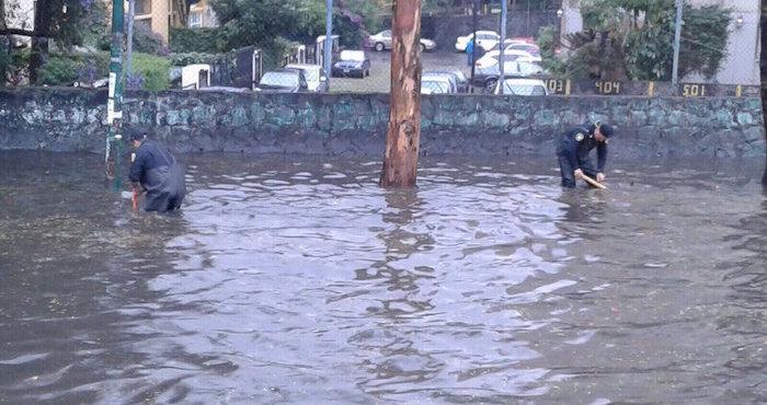 Agua de lluvia arrastra a niña hasta coladera en CDMX