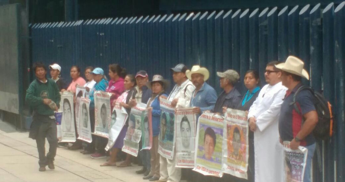 Padres de los 43 toman caseta de Tlalpan en la México-Cuernavaca