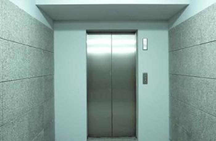 Hallan muerto a hombre que estuvo atrapado un mes en un ascensor
