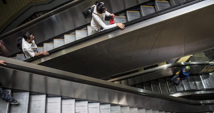 Niño pierde mano en escalera eléctrica del metro