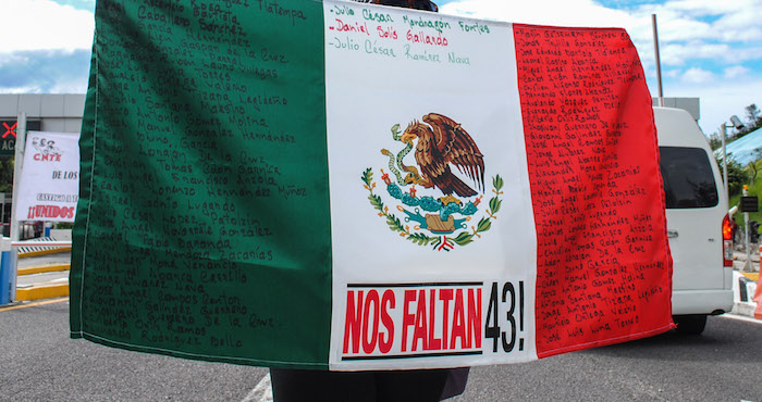 Llegan manifestantes por caso Ayotzinapa y lanzan huevos contra PGR