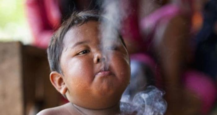Han pasado 7 años y así luce el niño fumador [Fotos]