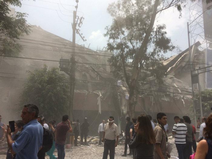 Colegio se derrumba en México y niños quedan atrapados bajo los escombros