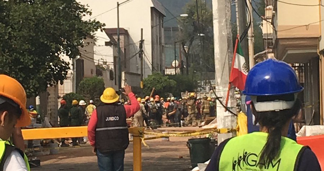 Tras 25 horas, rescatan bajo escombros a un hombre en Lindavista