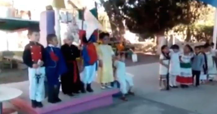 """Niños de primaria dan el Grito de Independencia: """"¡Viva México! ¡Viva el América!"""" (VIDEO)"""