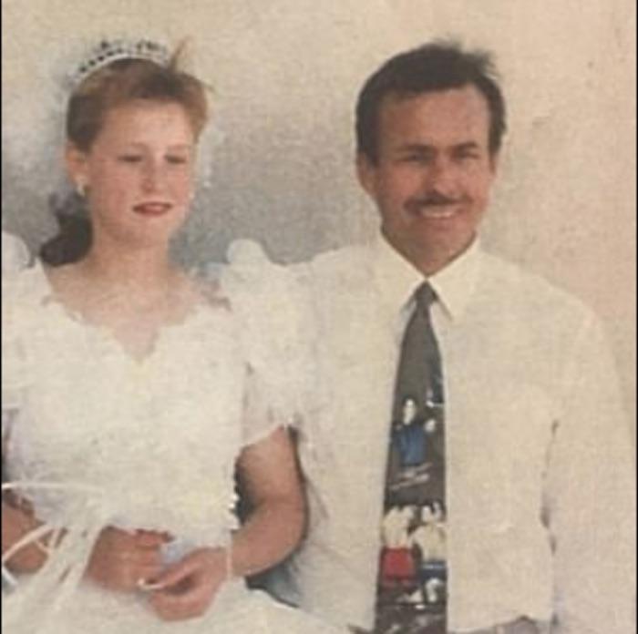 Su padrastro la secuestró y abusó de ella durante 19 años