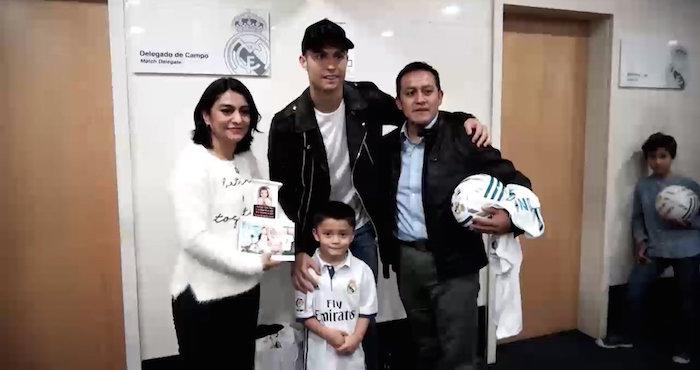 Ronaldo recibe a papás de Santiago Flores, niño fallecido en el Rébsamen