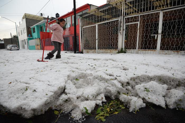 Granizada cubre de hielo a Toluca antes de navidad — FOTOS