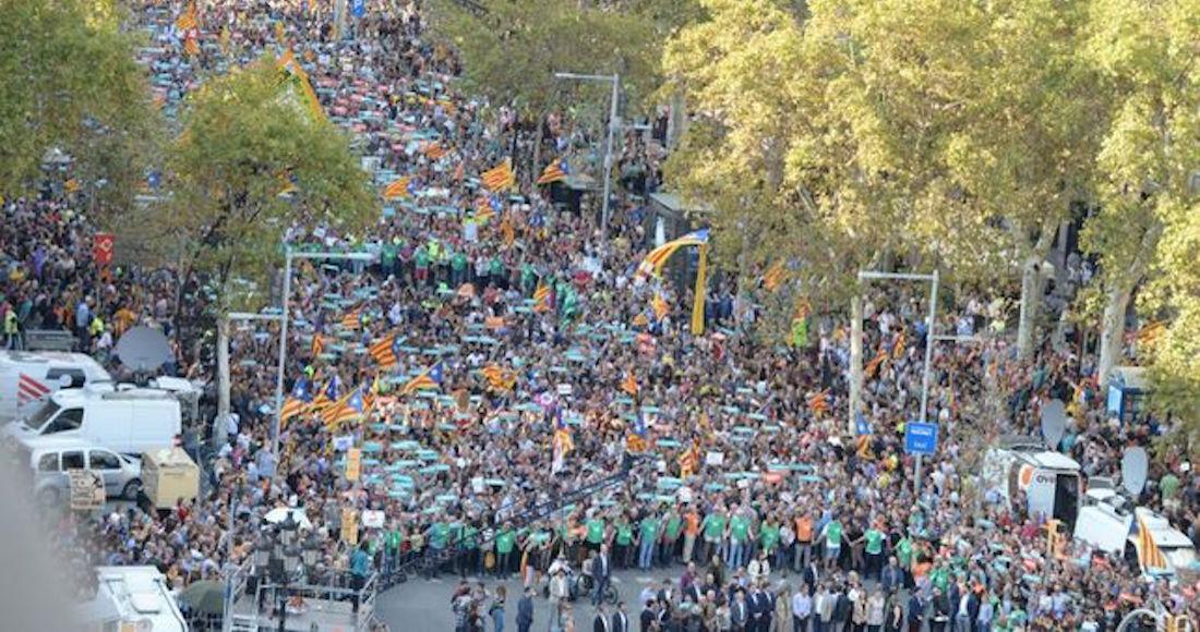 Protestan miles en Barcelona contra detención de líderes e intervención