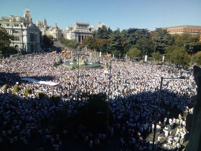 Miles de personas marchan en España, piden diálogo en conflicto con Cataluña