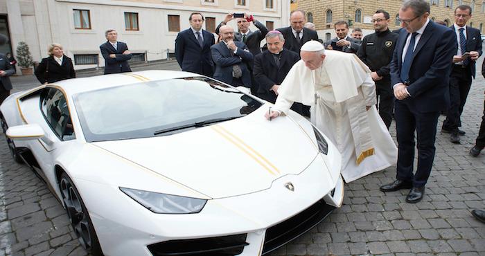 Regalan a Papa un Lamborghini; él decide subastarlo para ayudar
