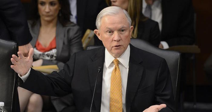 Jeff Sessions designars fiscal para investigar a Hillary Clinton