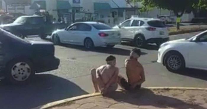 Obligan a dos hombres a caminar semidesnudos en Culiacán