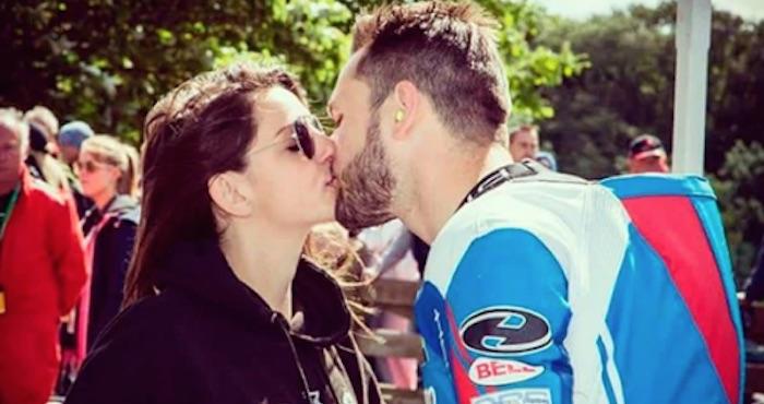 Muere motociclista al estrellarse en medio de competencia