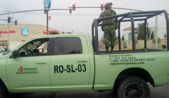 Elementos del Ejército vigilan las calles en Salamanca. Foto: Zona Franca