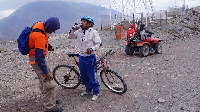 Conquista podio con bicicleta oxidada; se hace viral en redes