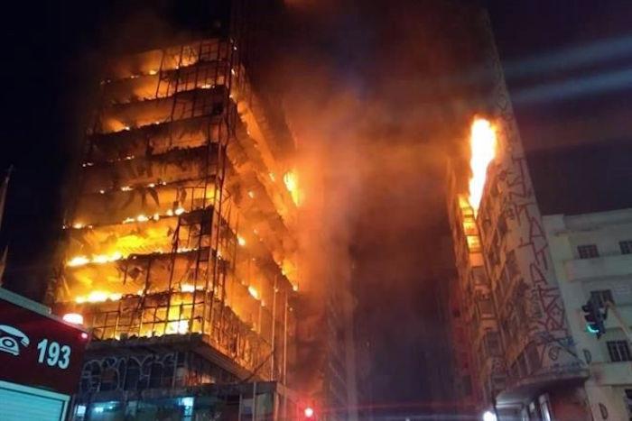 Incendio derrumba un edificio en Sao Paulo dejando al menos un muerto