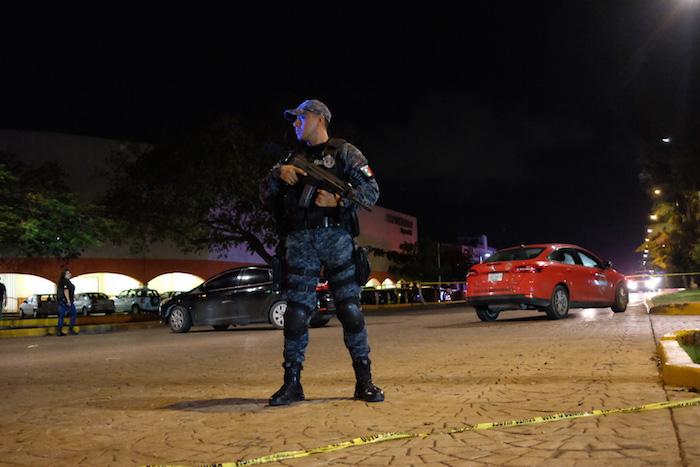 Suspenden a 3 policías por tomarse fotos con turistas en QRoo