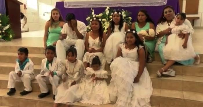 Los diez menores bautizados junto a su madre
