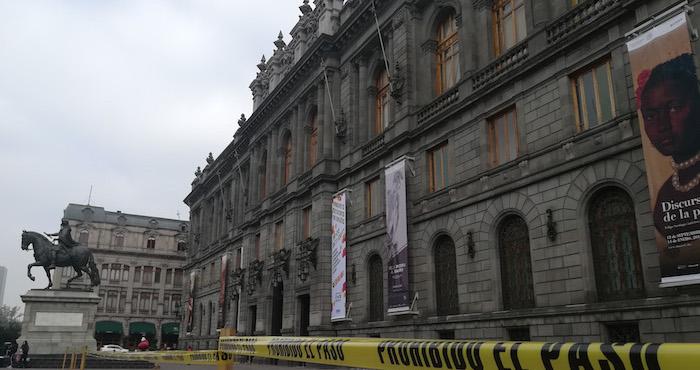 Trabajadores del INBA se manifiestan en Bellas Artes por falta de pago