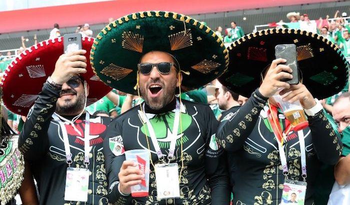Los sombreros de mariachi más comunes entre los aficionados mexicanos son  de color negro. Foto  EFE 1281567af1e