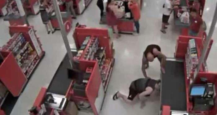 3bf40c9e5 Un padre confronta y detiene al sujeto que grababa bajo la falda de ...