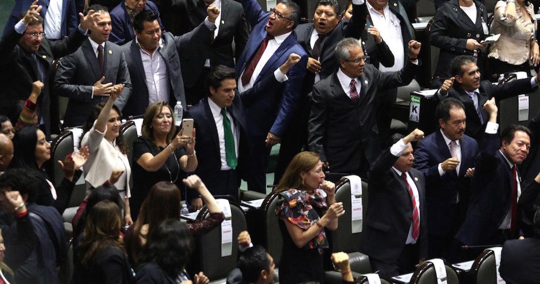 Diputados de la bancada de Moren toman protesta durante la sesión  constitutiva de la LXIV legislatura del Congreso de la Unión. 653eaa89fd0