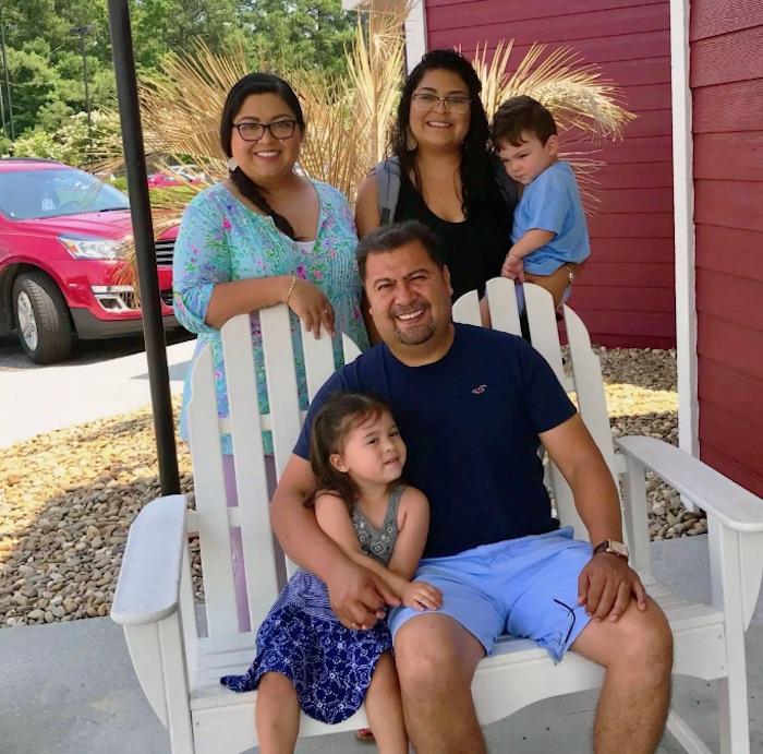 Antonio Quezada (sentado) asegura que su negocio ha salido adelante con la ayuda de su familia y empleados leales. Foto: Especial.